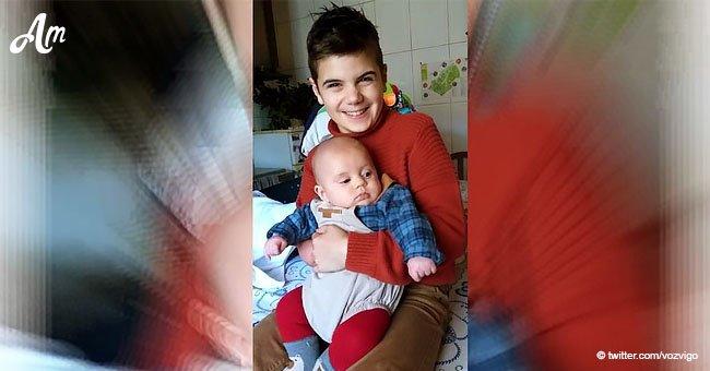 Niño sin una mano que soñaba con no estar solo, celebra la primera Navidad con su hermanito