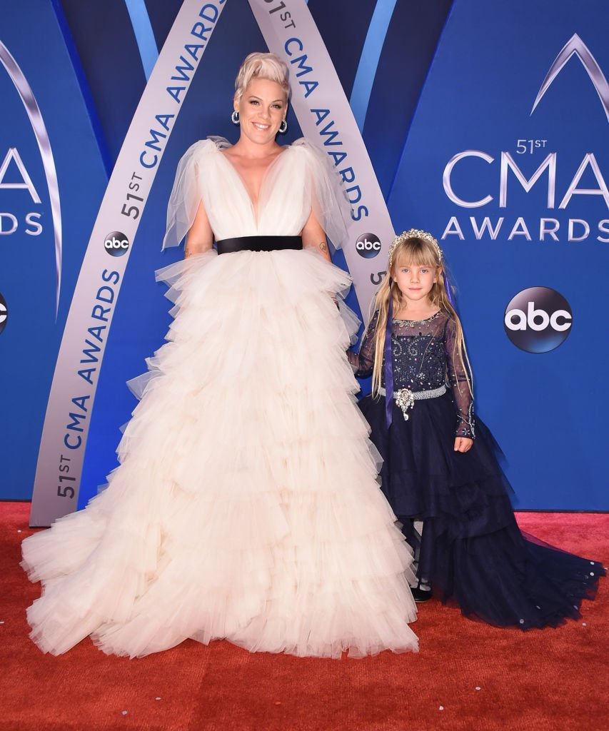 Willow Sage Hart and Pink attend the 51st annual CMA Awards at the Bridgestone Arena on November 8, 2017 in Nashville, Tennessee | Photo: Getty Images