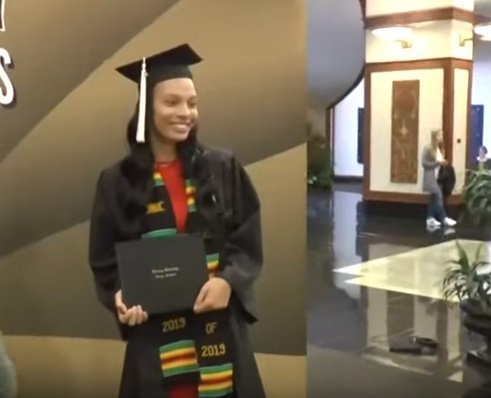 Makayla Twigg, the lady brother surprised her at graduation after not seeing him for 3 years.| Photo: YouTube/ THV11