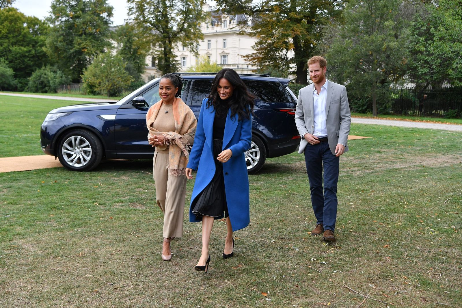 Meghan  arrives with her mother Doria Ragland and Prince Harry at Kensington Palace on September 20, 2018 | Photo: Getty Images