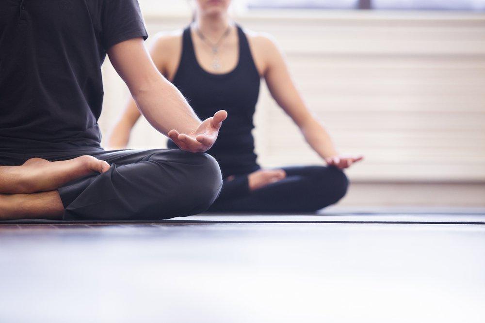 Des personnes faisant du yoga. l Source: Shutterstock