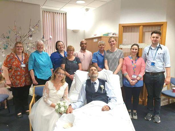 Nick et Jo Glover se sont mariés à l'infirmerie de Wigan quelques heures avant sa mort. | Liverpool Echo