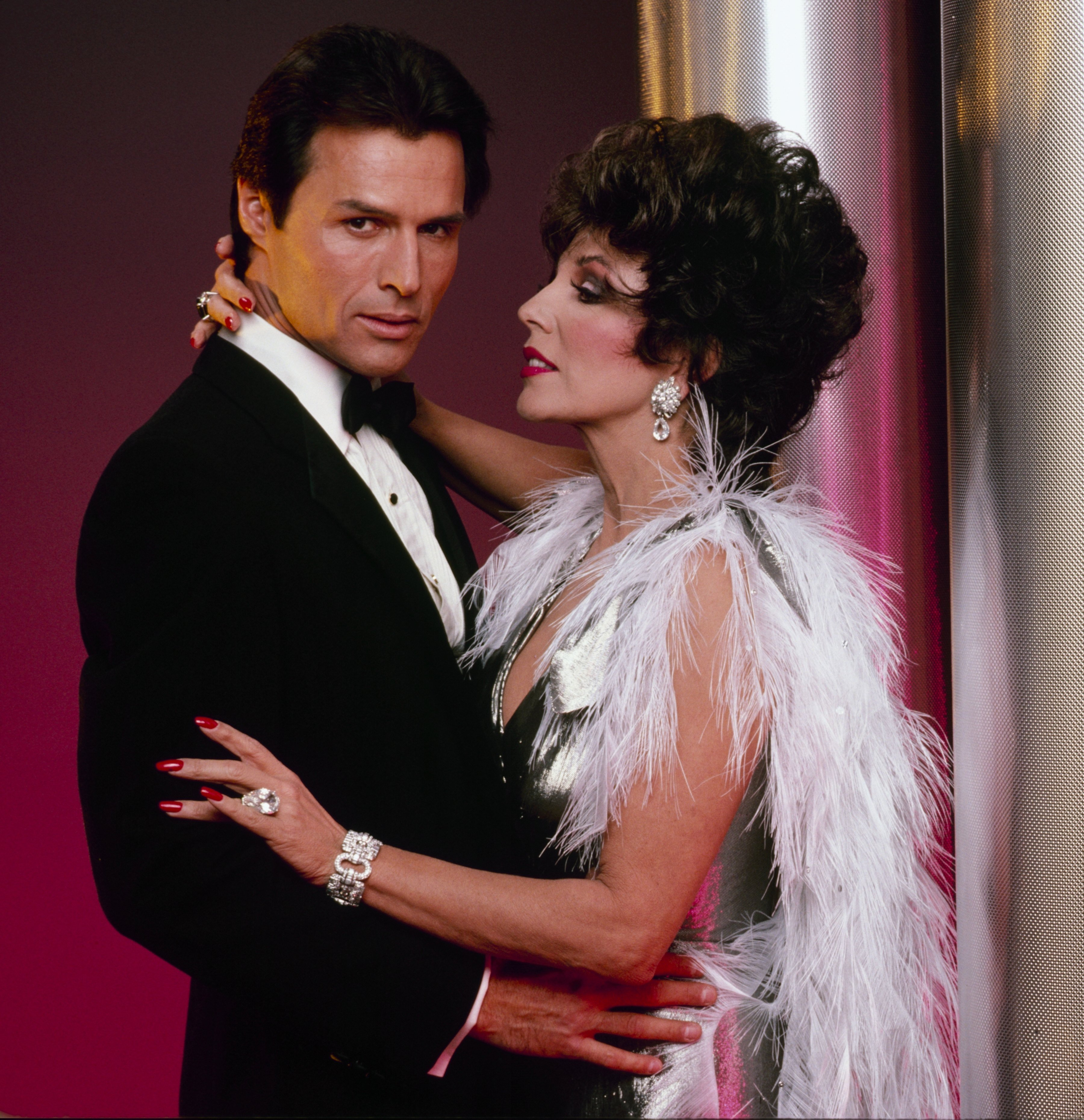 Dynasty Fotoshooting-Joan Collins mit Michael Nader   Quelle: Getty Images