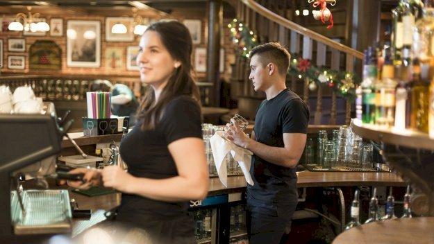Woman working in a bar. Photo: Freepik