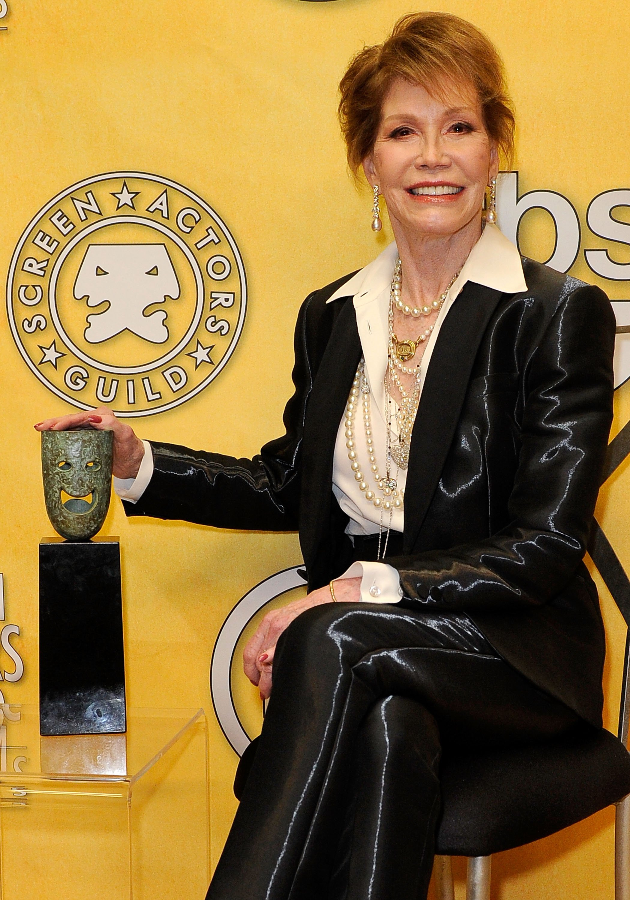 Actress Mary Tyler Moore poses with her Life Achievement Award from the Screen Actors Guild backstage at the 18th Annual Screen Actors Guild Awards at The Shrine Auditorium on January 29, 2012 in Los Angeles, California. | Source: Getty Images