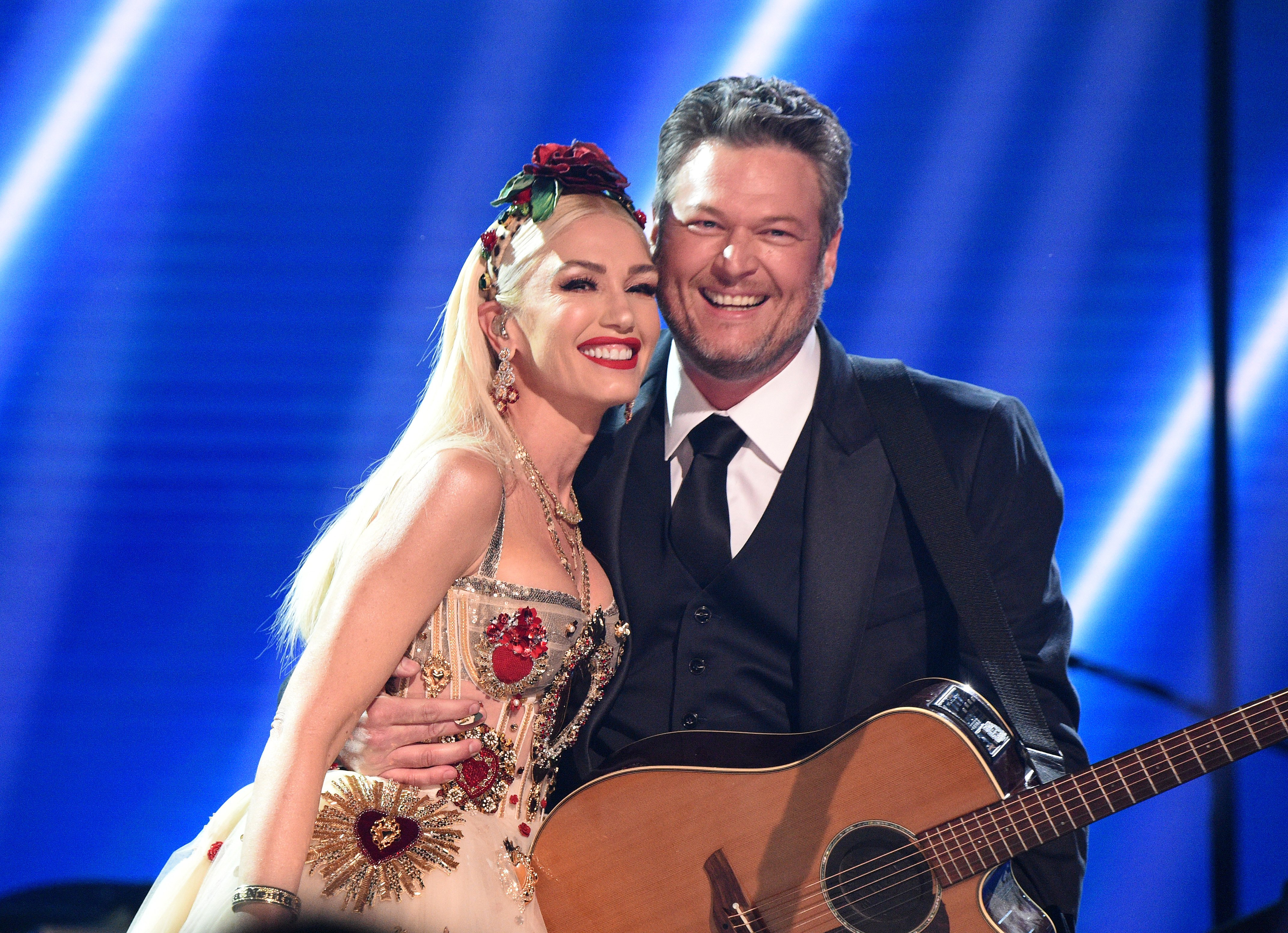 Gwen Stefani and Blake Shelton posed together onstage, 2020.  Photo: Getty Images
