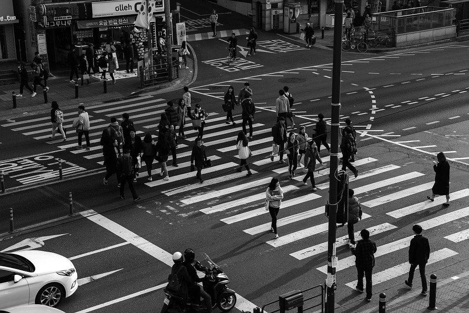 Des piétons sur le passage cloutés | Photo : Pixabay