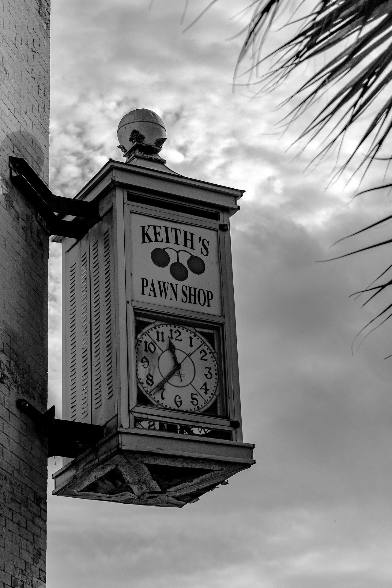 A black-and-white image of a sign for a pawn shop | Photo: Pixabay/jeffshattuck