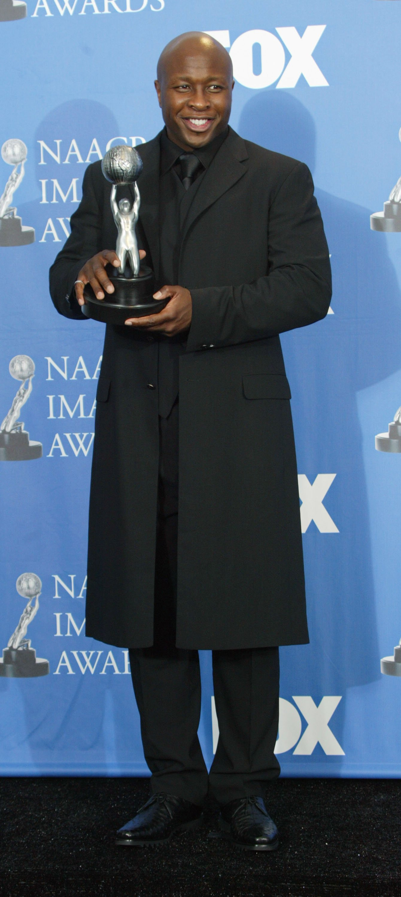 Steve Harris poses backstage after winning Best Actor in a Drama Series at the 35th Annual NAACP Image Awards held at the Universal Amphitheatre, March 6, 2004 in Hollywood California. | Source: Getty