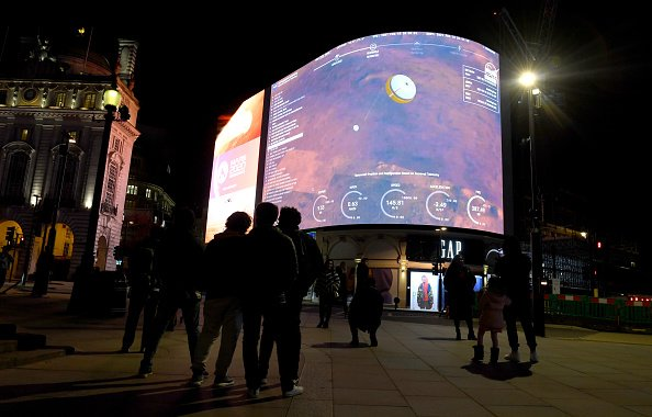 A general view of the live-stream landing of NASA's Perseverance on Mars at Piccadilly Circus on February 18, 2021 in London, England. | Photo: Getty Images
