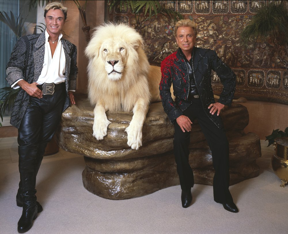Roy Horn and Siegfried Fischbacher posing with their white lion. Image uploaded on July 9, 2011 | Photo: Wikimedia/Carolhi