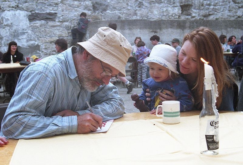 Robert Munsch signs autograph for young fan, Guelph 1997. | Source: Wikimedia Commons