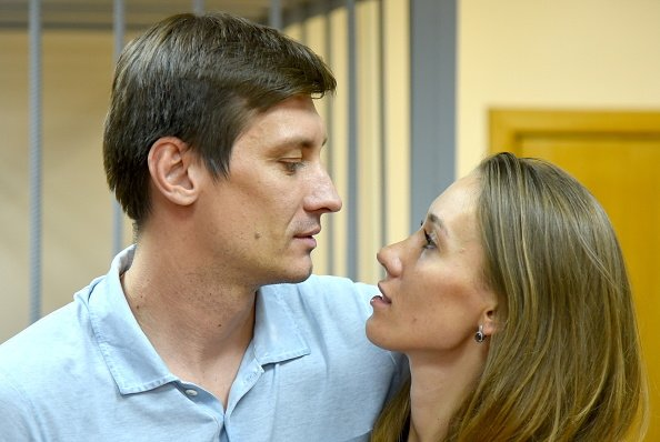Hombre y mujer mirándose a la cara .   Imagen: Getty Images