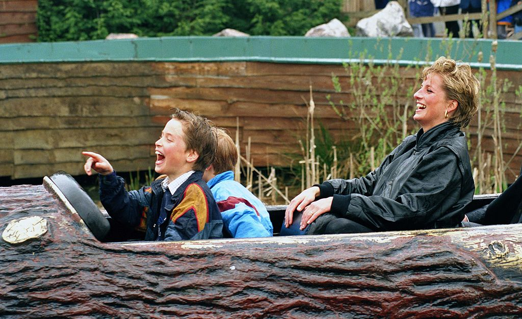Diana Princess Of Wales, Prince William & Prince Harry visitent le parc d'attractions'Thorpe Park' | source : Getty Images