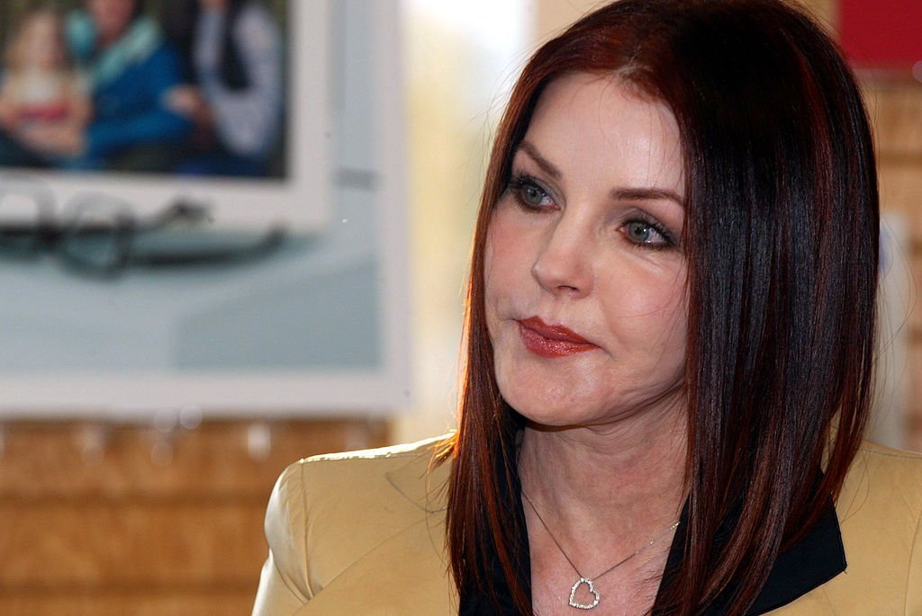 "Priscilla Presley signe des exemplaires de son nouveau livre ""Elvis by the Presleys"", le CD et livre compagnon de Borders Books le 10 juin 2005. 