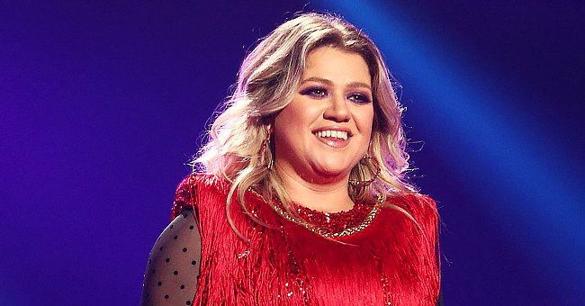 Kelly Clarkson Leaves Fans Swooning after Wearing Red Skin Dress with a Thigh-High Slit