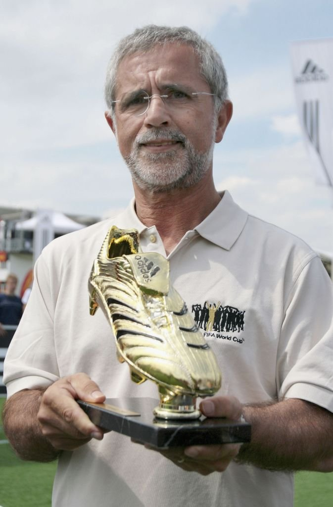 Der ehemalige Fußballspieler Gerd Müller überreicht die Adidas Golden Boot Trophy am 29. Juni 2006 in der Adidas World of Football in Berlin. I Quelle: Foto von Getty Images für adidas