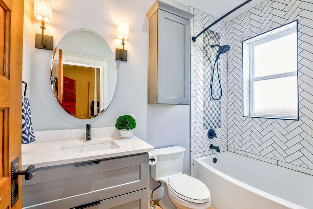 Une petite salle de bain   Photo : Pexels