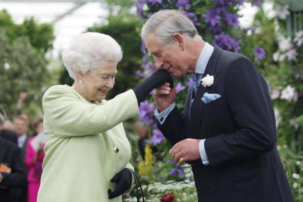 La Reina Elizabeth II presenta al Príncipe Charles, Príncipe de Gales, con la Medalla de Honor Victoria de la Royal Horticultural Society durante una visita al Chelsea Flower Show el 18 de mayo de 2009 en Londres.   Fuente: Getty Images