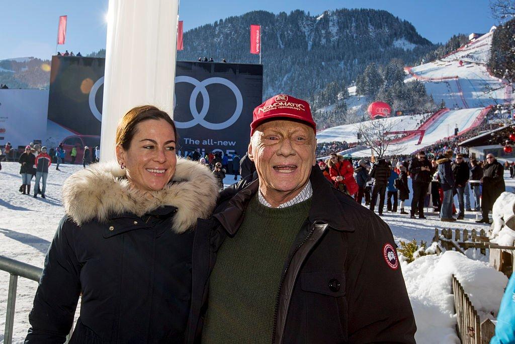 Niki Lauda et sa femme Birgit Wet Zinger posent pour une photo le 21 janvier 2017 à Kitzbuehel, en Autriche. Photo : Getty Images