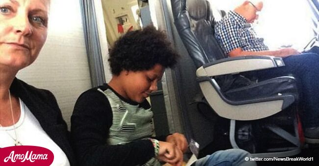 """Familia obligada a volar en piso de avión por 2 horas porque """"sus números de asiento no existen"""""""