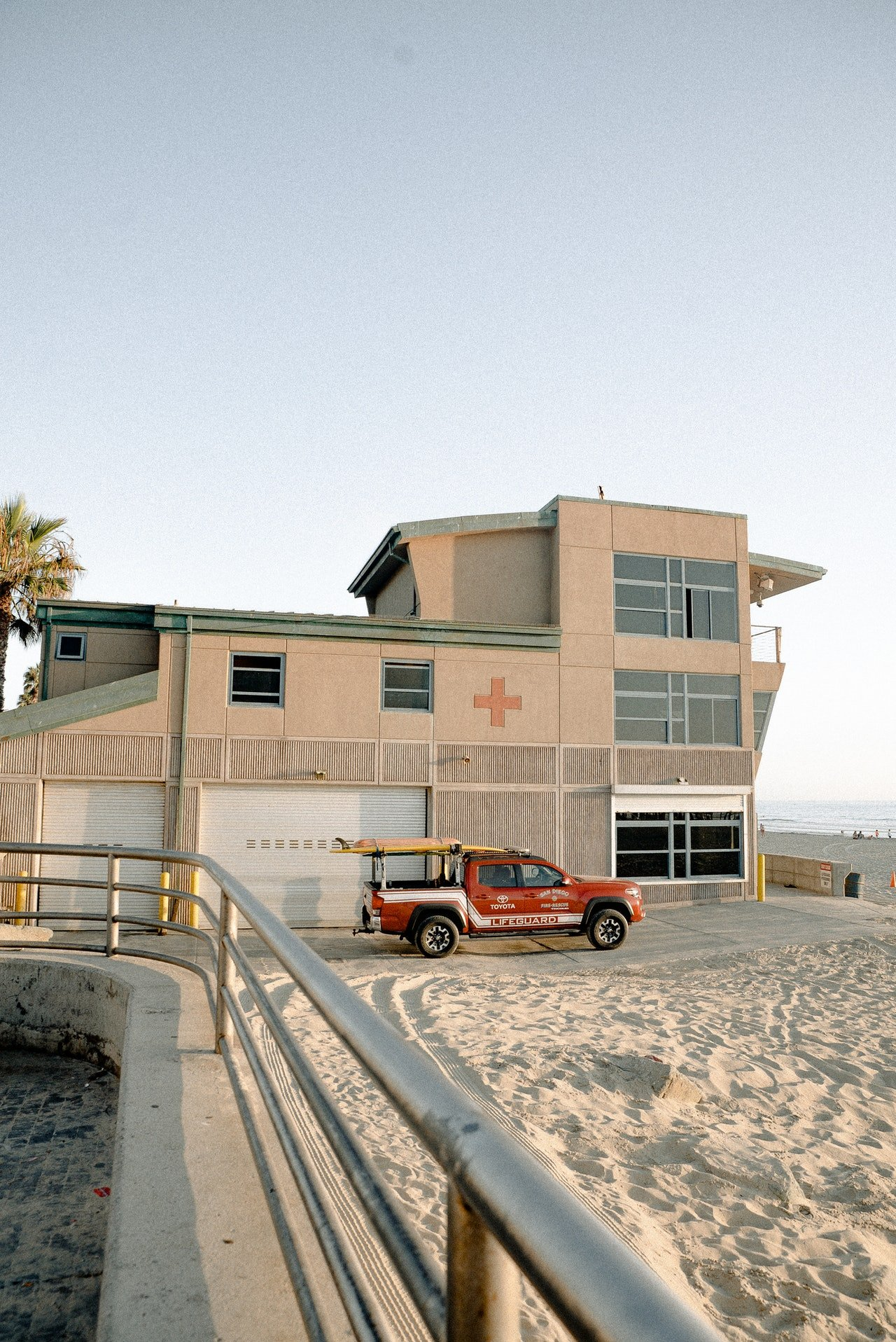 Outside view of a lifeguard station | Photo: Pexels