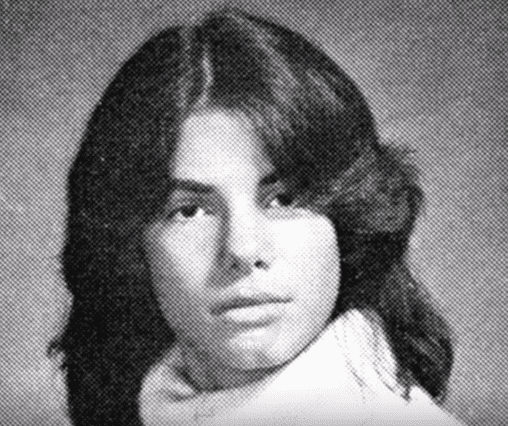 Sandra Bullock in her freshman yearbook photo at Washington-Lee High School in Arlington | Photo: YouTube/ Top Famous Tube