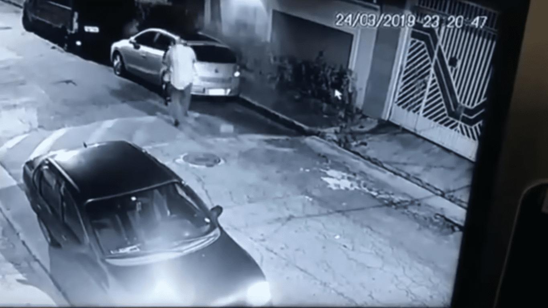 Dos Santos intentando quitarle la pistola a la mujer | Imagen tomada de: YouTube/LiveLeak Channel