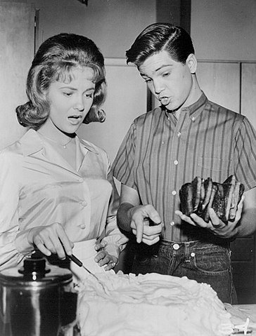 Shelley Fabares and Paul Petersen in 1962. | Source: Wikimedia Commons.