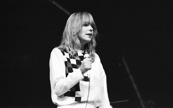 La chanteuse rock française France Gall donne un concert au Palais des Sports le 7 janvier 1982 |Photo : Getty Images