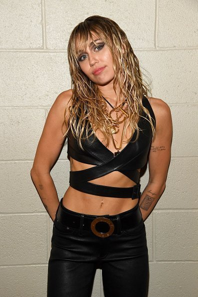 Miley Cyrus posing backstage during the 2019 iHeartRadio Music Festival in Las Vegas, Nevada.| Photo: Getty Images