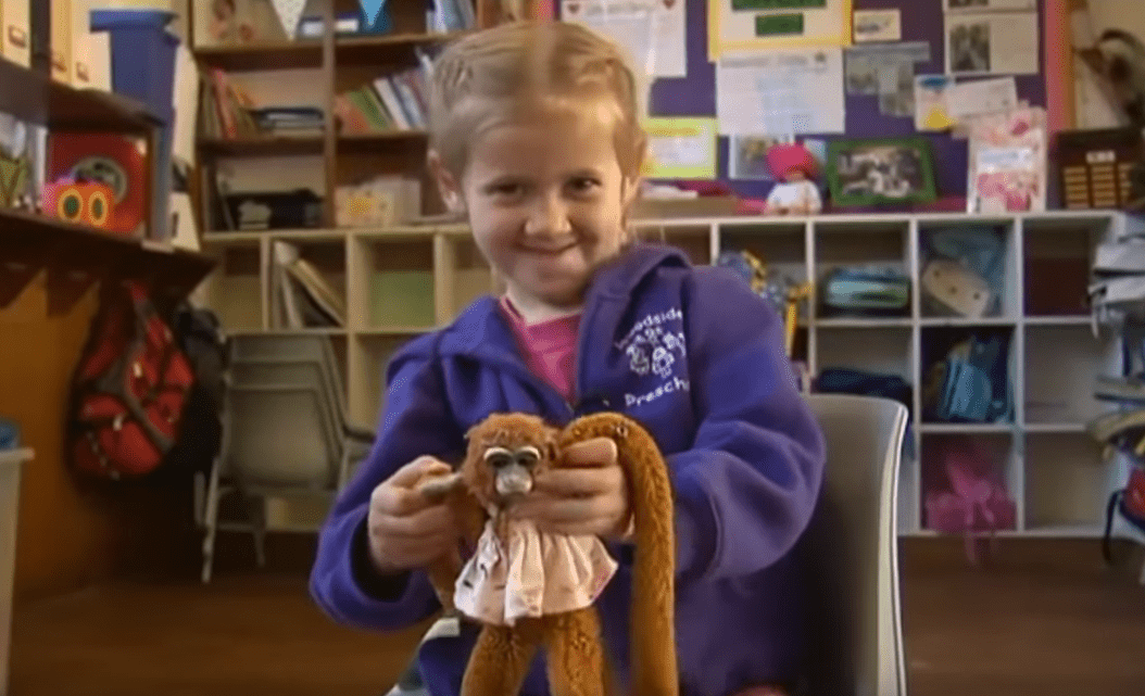 Savannah Hart et sa jolie peluche Harriet. | Image: YouTube / Inside Edition