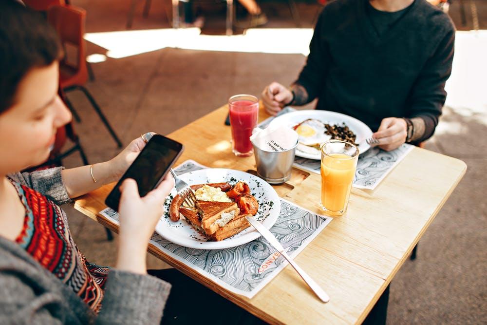 Un homme et une femme dans un restaurant. | Photo: Pexels
