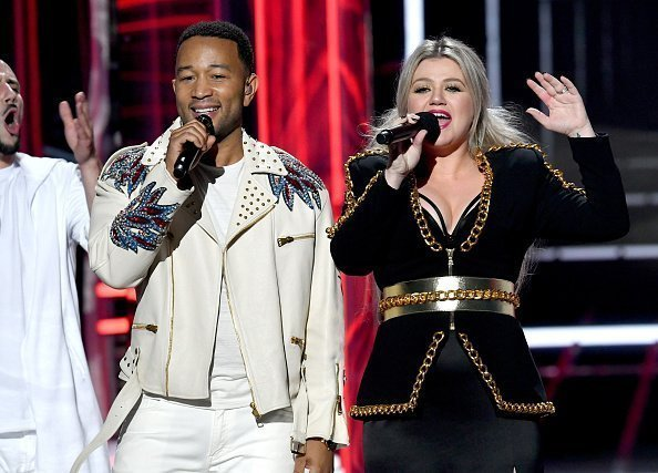 John Legend and host Kelly Clarkson at the Billboard Music Awards on May 20, 2018 | Photo: Getty Images