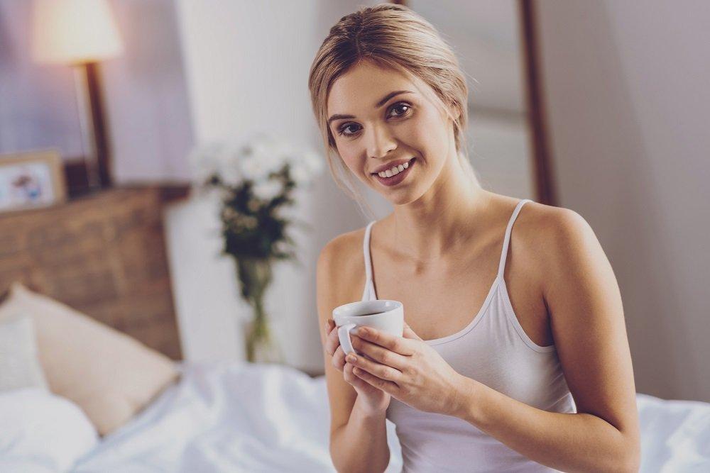 Mujer con bebida en mano. Fuente: Shutterstock
