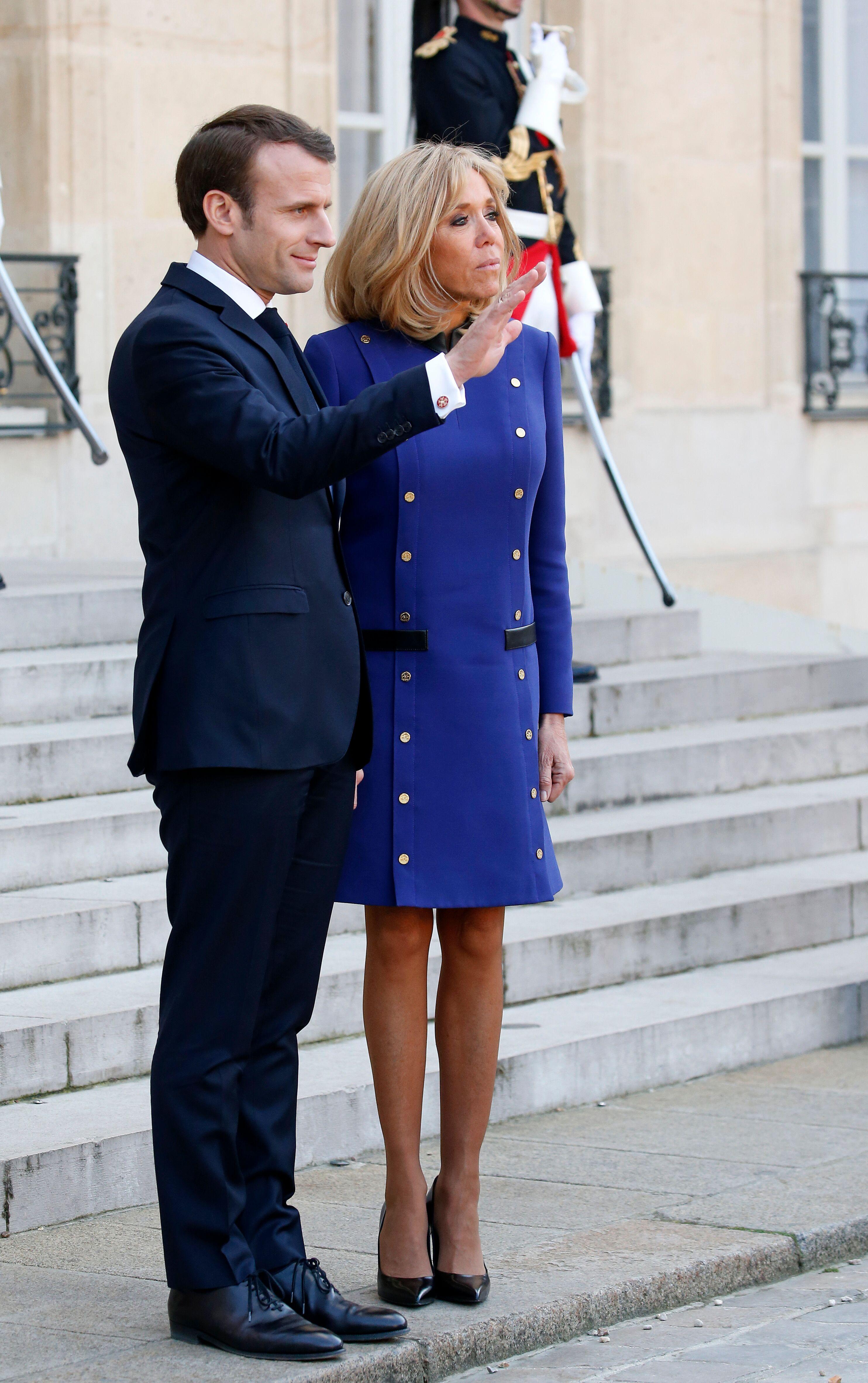 Brigitte et Emmanuel Macron sur les marches de l'Élysée. l Source: Getty Images