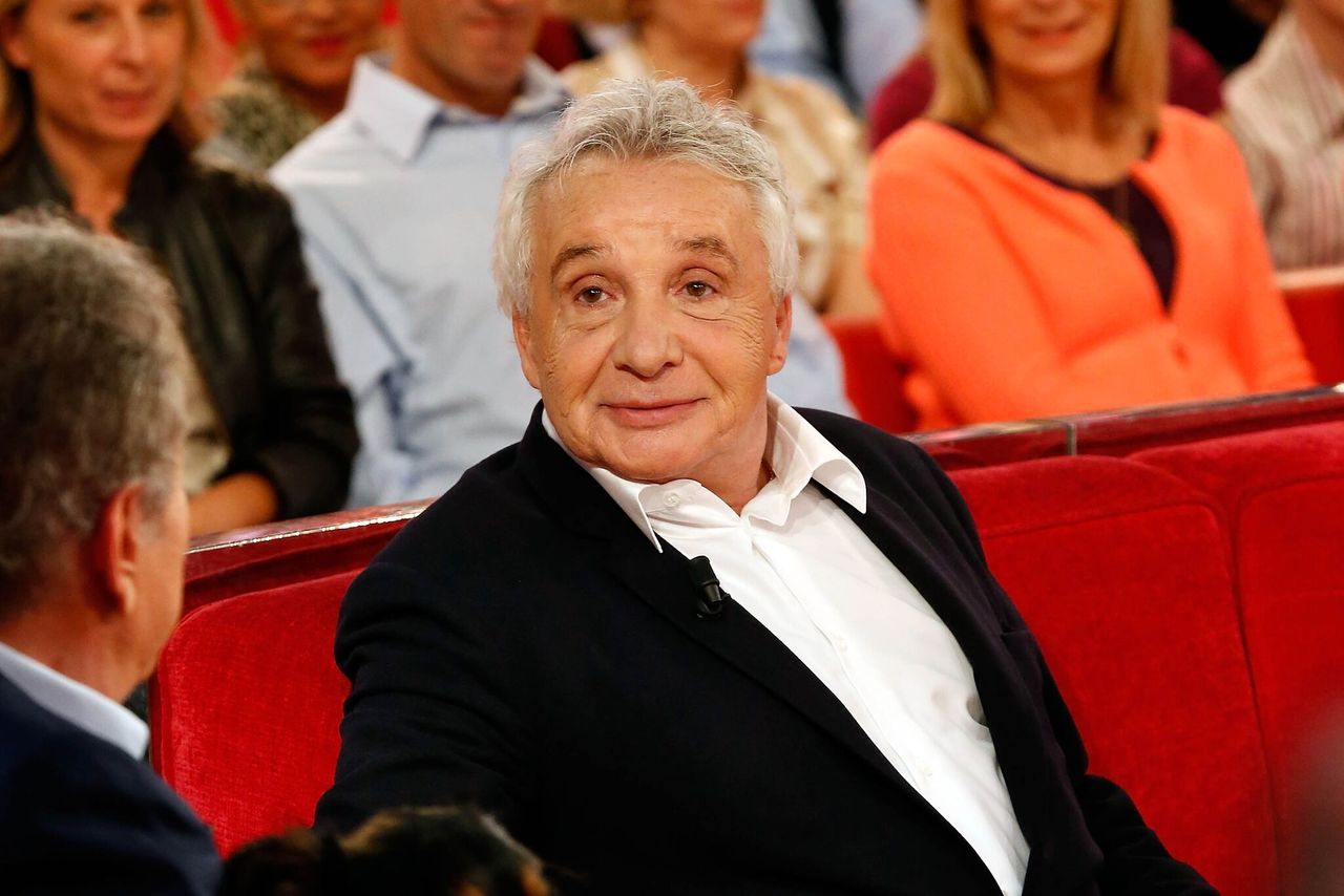 "Le chanteur Michel Sardou au spectacle ""Vivement Dimanche Prochain"" au Pavillon Gabriel le 8 octobre 2014 à Paris, France. 
