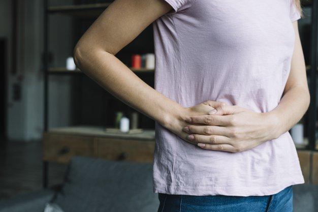 Persona con dolor abdominal | Imagen tomada de: Freepik