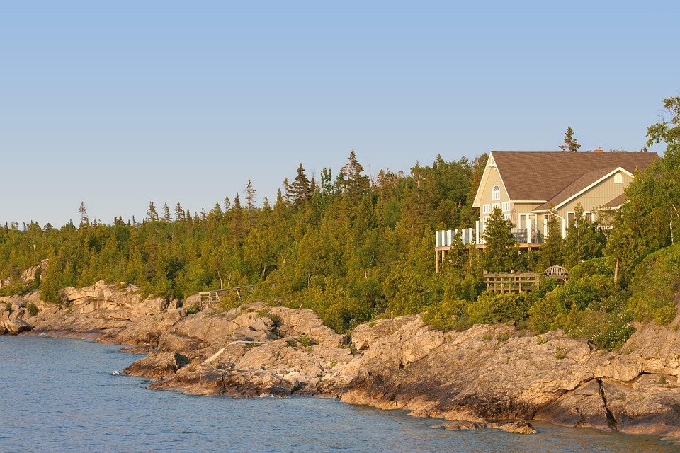 A summer house by the sea.   Photo: Pixabay