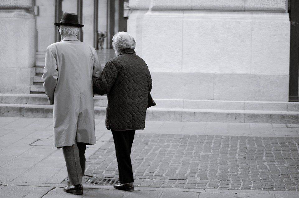 Älteres Ehemann Arm in Arm | Quelle: Pixabay