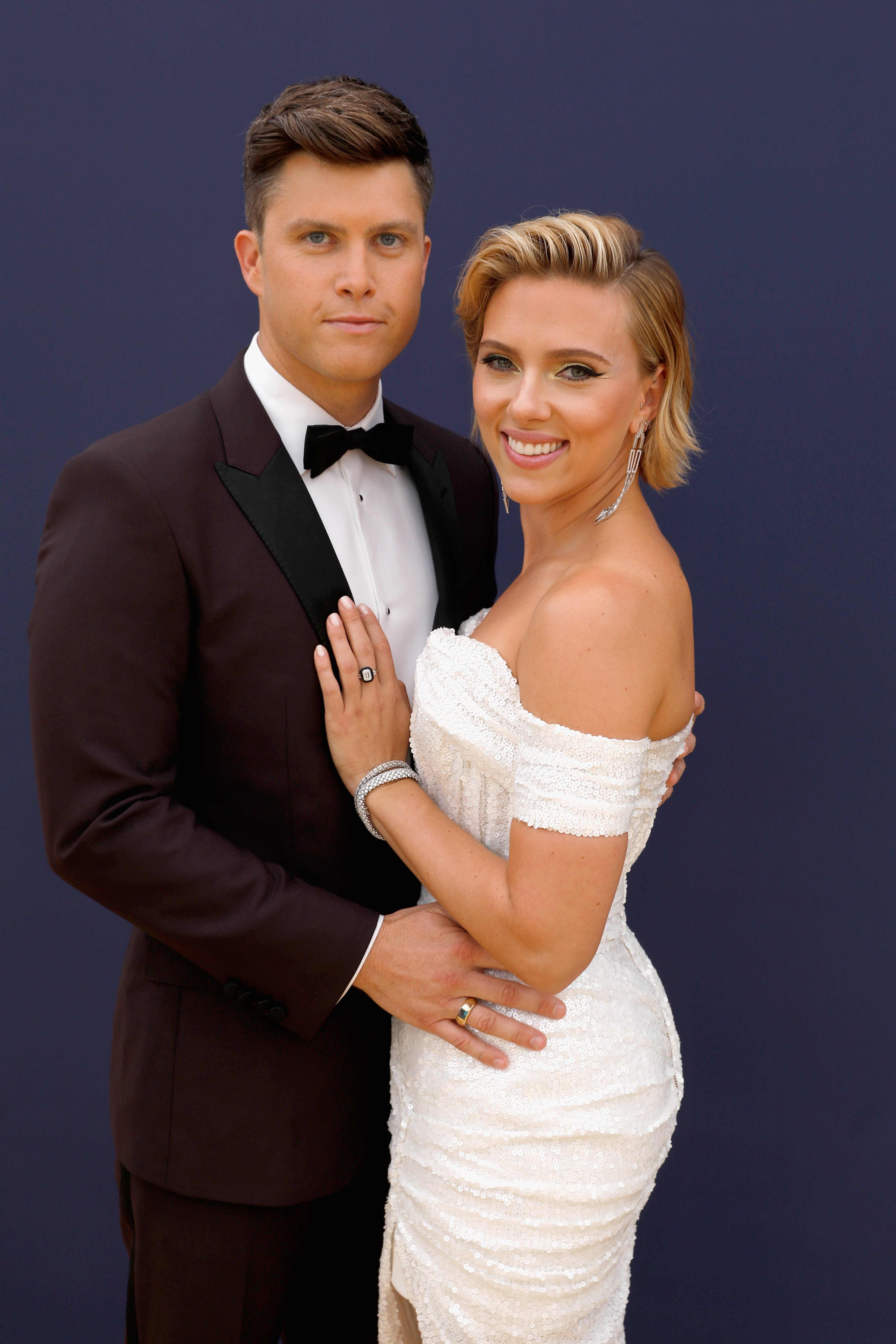 Colin Jost and Scarlett Johansson pose at the 70th Annual Primetime Emmy Awards red carpet on September 17, 2018. | Source: Getty Images