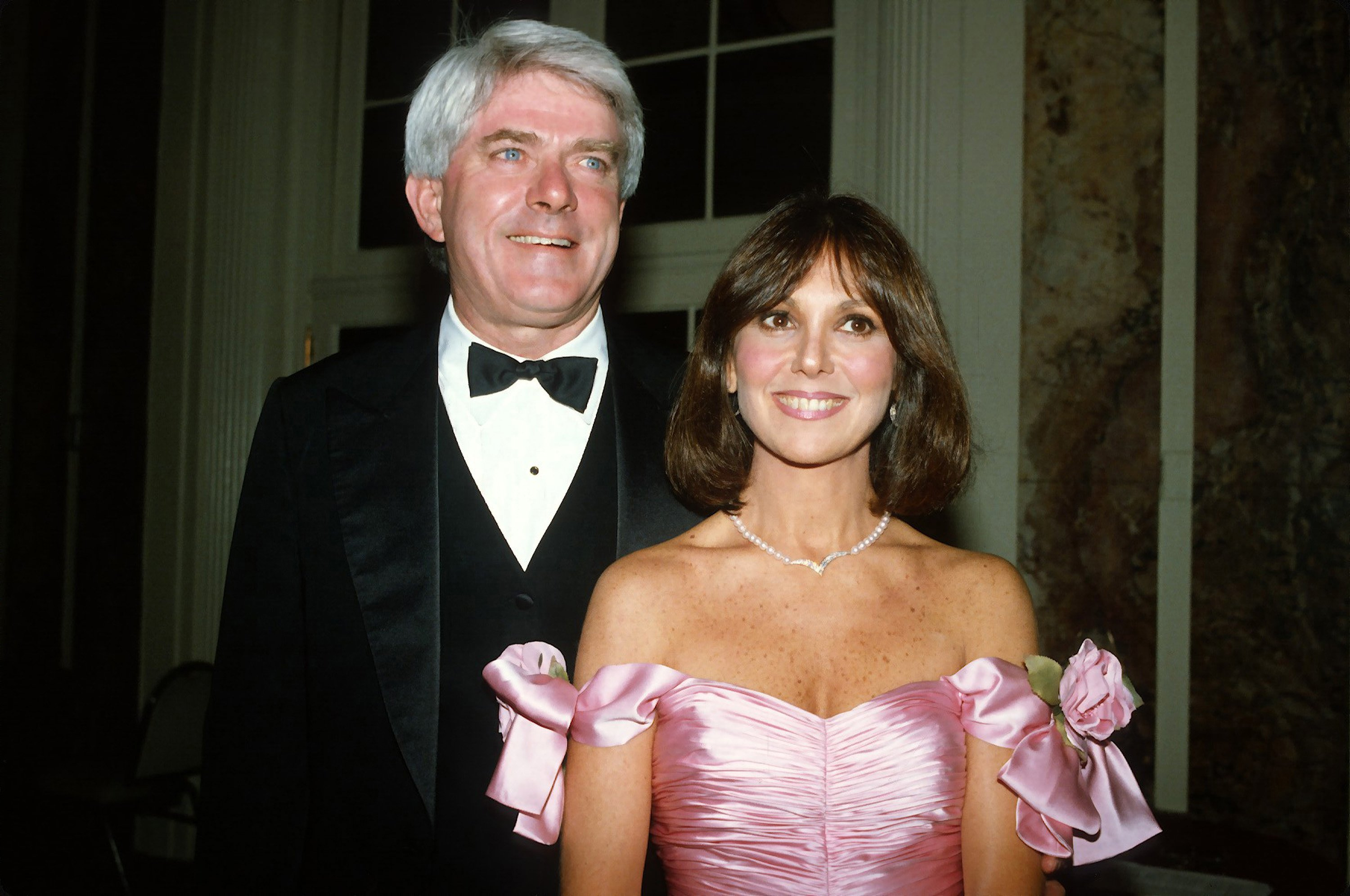 Phil Donahue and Marlo Thomas pose for a photo at Gloria Steinem's 50th birthday party in New York City on May 23, 1984 | Photo: Getty Images