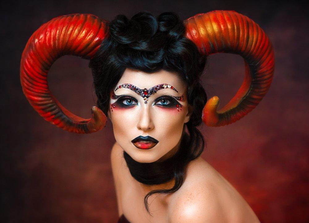 Chica sexy disfrazada del signo zodiacal Aries con cuernos en la cabeza. | Fuente: Shutterstock