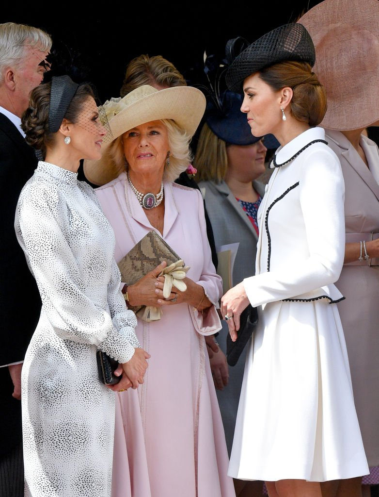 Camila intenta unirse a la conversación de la Reina Letizia y la Duquesa Kate en Windsor. Inglaterra | Foto: Getty Images
