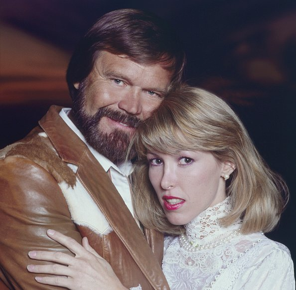 Glenn Campbell and Kim pose for a portrait in Tucson, Arizona, circa 1993. | Photo: Getty Images
