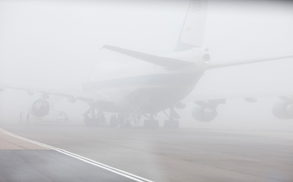Avión sobre una pista con mucha neblina.   Imagen: Flickr