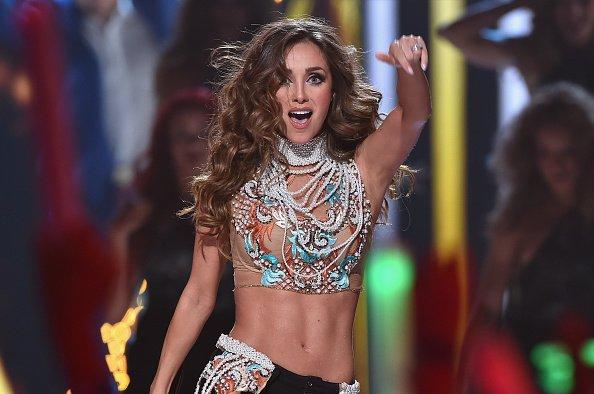 Anahi en el escenario en los Premios Juventud 2015. Fuente: Shutterstock