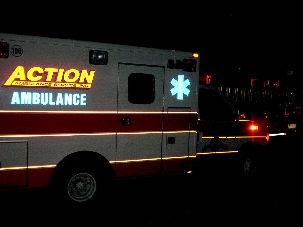 Ambulancia recorriendo las calles de noche. | Imagen: Flickr