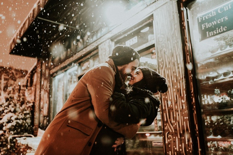 A happy couple kiss. | Image: Pixabay