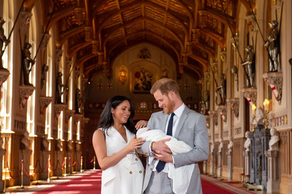 Meghan Markle, le Prince Harry, et leur fils lors de sa première apparition publique | Photo : Getty Images